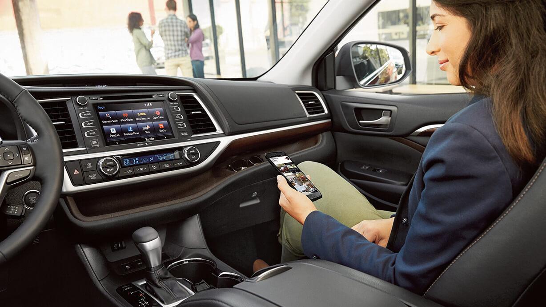 2016 Toyota Highlander infotainment